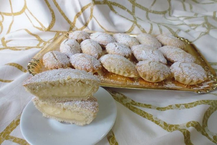 I pasticciotti alla crema sono dei biscotti con un ripieno goloso con crema pasticcera, perfetti per accompagnare un caffè o per concedersi un piccolo peccato di gola