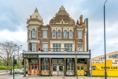 """Англия – Продается в Лондоне известный паб """"Thomas A Becke""""t с квартирами над ним Здание четырехэтажное, общей площадью 1134 м2,  расположено в центре города, рядом с метро, на южной стороне Темзы.  Паб 297 м2 на первом этаже, есть подвальное помещение 334м2. На верхние этажи вход отдельный (не через паб). 12 квартир расположено на втором (111 м2), третьем (232 м2), четвертом мансардном 160 м2) этажах.  Цена £1 900 000 #недвижимостьвАнглии, #инвестициивЛондон, #инвестициивАнглию,"""