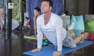 'The Retreat': Nick Knowles Swaps His Hard Hat For A Yoga Mat And Veganism In New BBC Show | Huffington Post