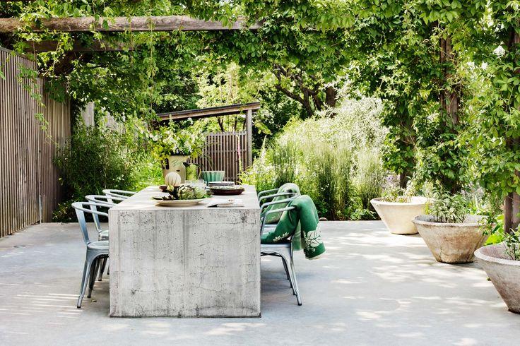 Ett vackert och funktionellt uterum i betong och glas. En pergola skapar ett grönt tak, och i uteköket lagas maten om sommaren. Mycket fin inspiration i detta uterum.