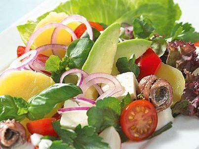 Habt ihr Lust auf einen frischen SALAT am Abend? Wie wärs mit diesem Salat mit Kartoffeln, Tomaten und Avocado? Hier gibt's das Rezept: