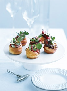 These scrumptious mini yorkshire puddings with rare beef for Yorkshire pudding canape