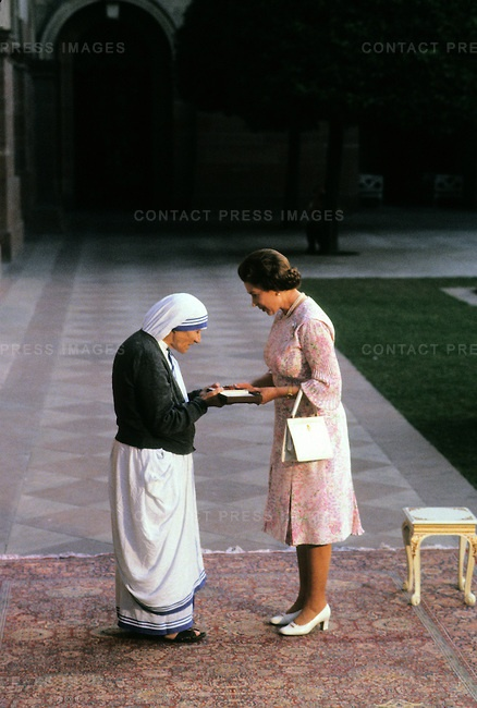Mother Teresa with Queen Elizabeth II ~ http://cdn.c.photoshelter.com/img-get/I00008lkWd982Tpk/s/650/MEH8311-QueenElizII-30.jpg