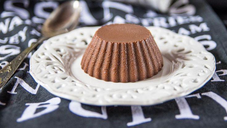 Il budino di cioccolato è un classico per la merenda dei piccoli, la nostra versione home made è sicuramente una scelta genuina oltre che decisamente gustosa che piacerà a tutti i bimbi (ma anche ai grandi). La ricetta del budino di cioccolato poi, è anche molto facile e veloce, il che non guasta mai.    Per estrarli facilmente vi consiglio di usare delle formine in silicone. Se usate delle coppette classiche sarà un po' più difficile sformarli: immergete la coppetta un minuto in acqua…