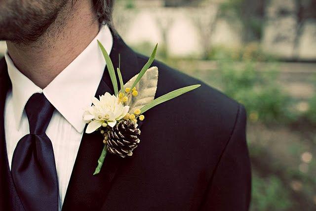 結婚式で新郎が左胸に飾るお花、ブートニア。 新婦のブーケとお揃いにするのが一般的ですが、 貴重な男性用のウエディングアクセサリーとして、花材やバランスにもこだわりたいところ! そこで今回は、ブートニアを手作りするのに参考になるようなデザインをカラー別にまとめてみました。