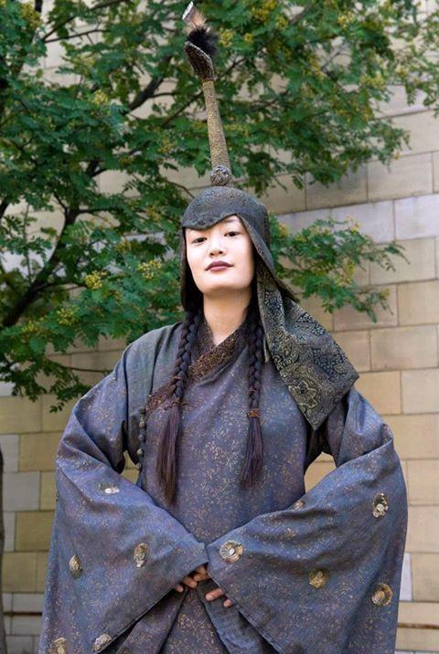 Türk-Moğol Altın Ordu Devleti Tatar Kadın Giyimi. Başlığı Hotoz ya da Boğtak adı verilen Orta Asya başlığıdır.