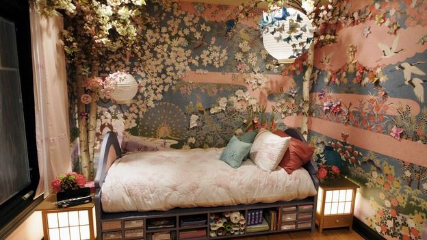 I love the idea of using origami crafts as decoration.. as well as everything else about this room <3