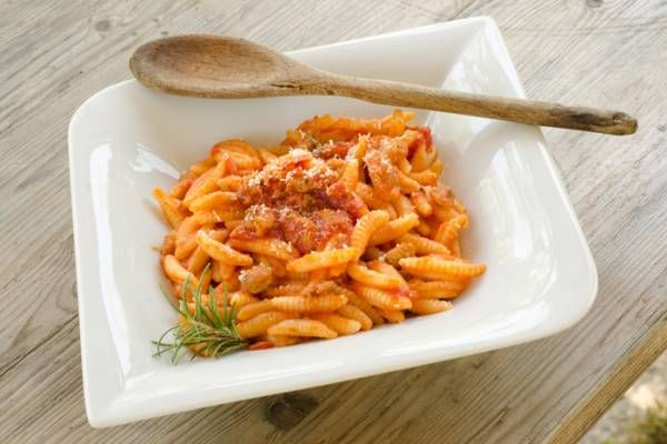Una ricetta semplice ma saporita: oggi portiamo in tavola maloreddu ai pomodori e pancetta!