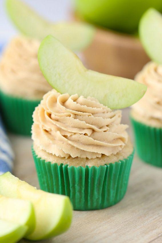 De Apple mantequilla de cacahuete de las magdalenas tienen una magnífica glaseado de mantequilla de maní.  Fluffy y dulce.