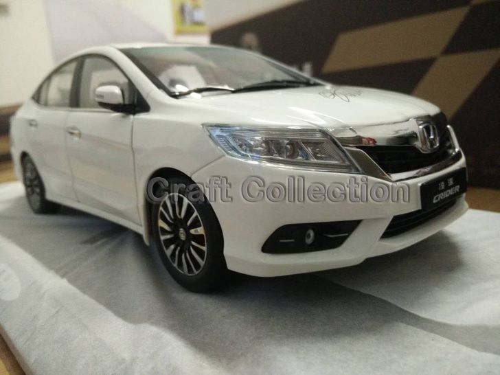 88.80$  Watch here - http://alij1c.worldwells.pw/go.php?t=32491855323 - *New White 1:18 Honda Crider 2015 Diecast Model Car Alloy Toy with Cristiano Ronaldo Signature * Panel Included 88.80$