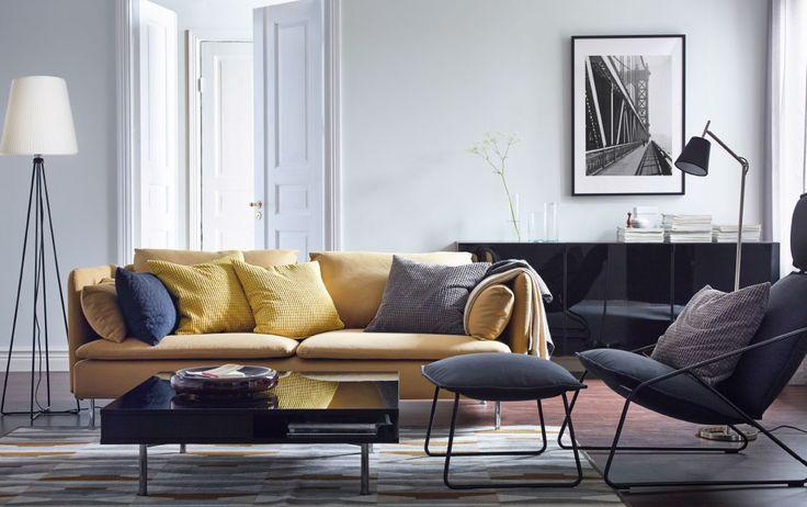 """Ein modernes Wohnzimmer u. a. mit SÖDERHAMN 3er-Sofa mit Bezug """"Samsta"""" in Dunkelgelb, VILSTAD Sessel mit hoher Rückenlehne mit Bezug """"Samsta"""" in Anthrazit und TOFTERYD Couchtisch in Schwarz"""
