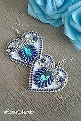 Elegantné náušnice v tvare srdca v modrej a bielej farbe sú ručne šité zo zipsu, kabošonov, štrasu a korálikov. Komponenty v striebornej farbe. Zadná strana je podlepená filcom. Poprosím in...