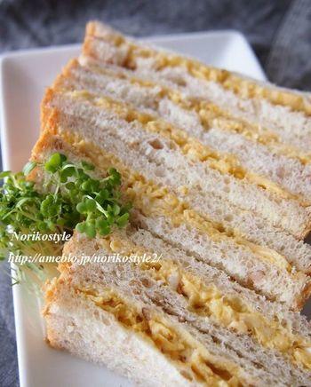 ガラムマサラを入れた卵液で半熟スクランブルエッグに。カレー風味が食欲そそるお味の卵サンドです。  【材料】 サンドイッチ用食パン 6枚 卵 3個 ガラムマサラ 小さじ1/4 塩 小さじ1/4 オリーブオイル 小さじ1/2