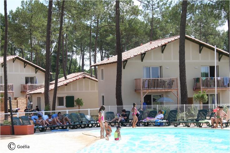 La résidence Les Demeures du Lac avec sa piscine extérieure