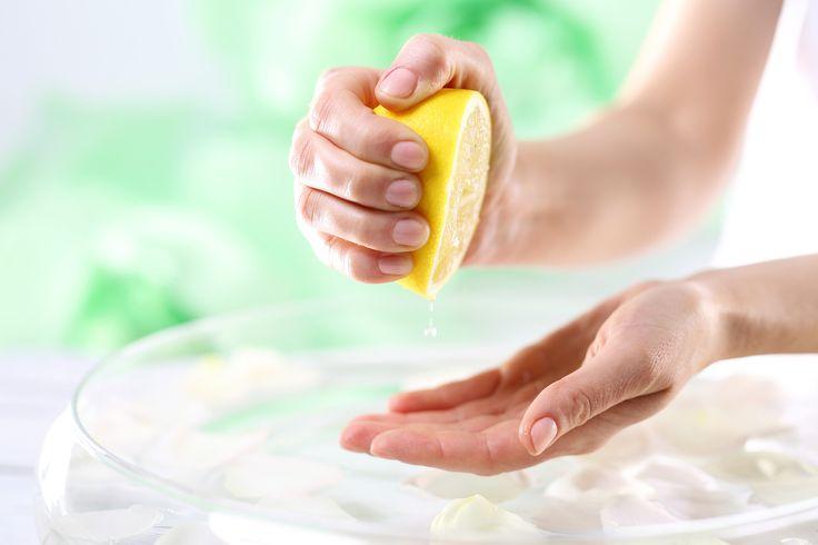 Vos ongles sont fragiles et cassent facilement ? Vous avez essayé le vernis durcisseur, l'huile hydratante, et même les faux ongles, mais rien à faire : vous n'arrivez pas à avoir de beaux ongles. Vous voulez des ongles blancs et solides sans payer une manucure ? Découvrez un soin des ongles naturel, pas cher, efficace, et pas que pour vos ongles !