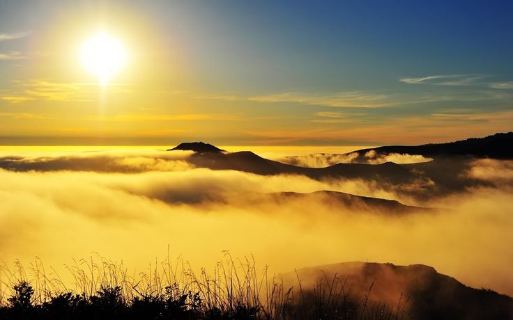 Click para Download de Montanha ensolarada coberta de de nuvens