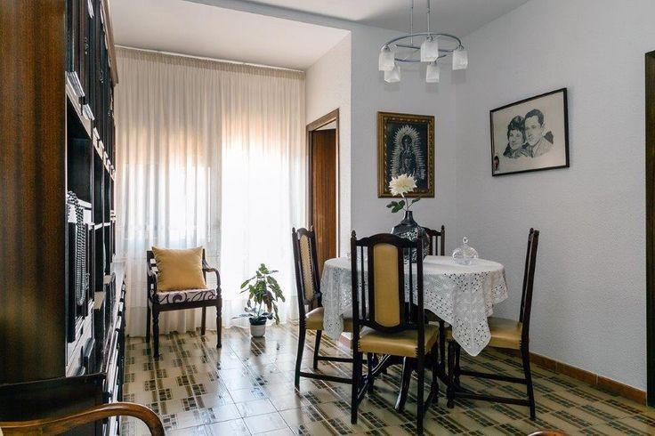 Piso en venta en #Barcelona #Eixample #La Sagrada Familia    Fantástico piso amueblado de 70m2 construidos con una distribución de cuatro dormitorios (uno de ellos doble), salón-comedor exterior con salida a balcón, baño completo, amplio recibidor de entrada, zona de aguas, lavadero y ascensor. Calefacción y aire acondicionado. Piso alto, muy tranquilo y luminoso.     SEP FINQUES | www.sepfinques.com | M: 677415782 | Ronda Universiotat 7 - BCN - info@sepfinques.com…
