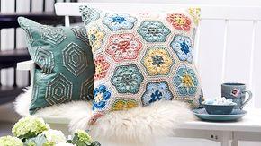 Finaste prydnadskudden virkar du själv av lika söta som lättvirkade afrikanska blommor. Kombinera färger efter egen smak och njut sedan av ett vackert blickfång i soffan, på sängen...