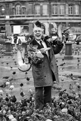 Comedian Max Wall poses in trafalgar Square, London, with pigeons flying on to his head. January 1975. #Vintage #Art #Retro #London #LDN #Gift #Print #Photo #Photograph #Wall #Art #Old #BlackandWhite