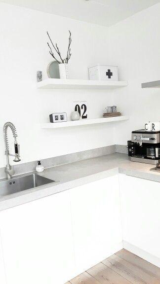 Witte Scandinavische keuken met betonnen keukenblad en open shelves. Clean en industrieel!