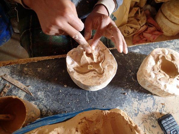 Fernab vom #Massentourismus, auf der kleinen kapverdischen #Insel #BoaVista, ist die ehemalige Hauptstadt #Rabil mit der Töpferschule zu bestaunen (Infos #Südtour über http://boavistianer.de/suedtour.php ) Hier werden in alter Handwerkskunst typische Töpferreiprodukte wie Souvenirs, Schalen, Pflanzenkübel und natürlich *sonnengereifte* Ziegel in Handarbeit gefertigt. Hier ein Blick auf die fleißigen Hände, beim formen einer #Schildkröte. Das passende #Urlaubsangebot