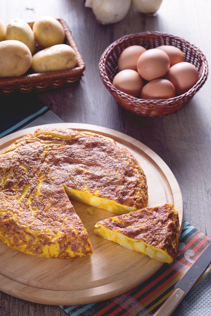 La #tortilla de patatas, è una frittata di #patate molto speciale e alta. Piatto simbolo della cucina spagnola, con patate, cipolle e uova sbattute. #Giallozafferano #recipe #ricetta