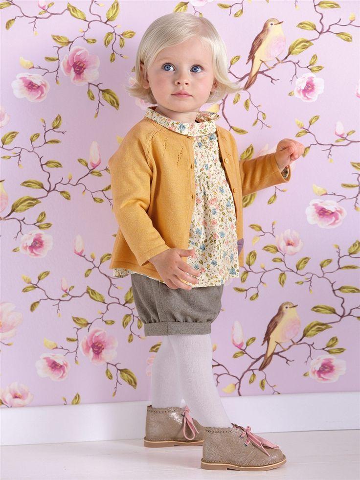 Tenue Cyrillus pour bébé. Short, collants, blouse et petit gilet. A croquer