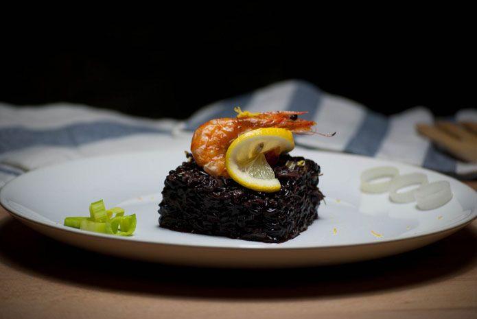 Le Riz Venere aux crevettes et aux poireaux est un plat très savoureux, simple à réaliser, à base d'un riz de couleur noire particulièrement savoureux...