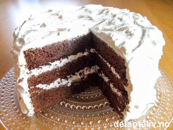 """Her har du en av verdens mest berømte sjokoladekaker! """"Devil's Food Cake"""" er en amerikansk klassiker av storformat! Kaken er dekket med hvit og uskyldig marengskrem, men er svart som f... inni....;-) Sjokoladekakebunnene er veldig saftige i konsistensen. Kaken har typisk amerikansk størrelse, det vil si at den er gigantisk! Digg på smak!!!"""