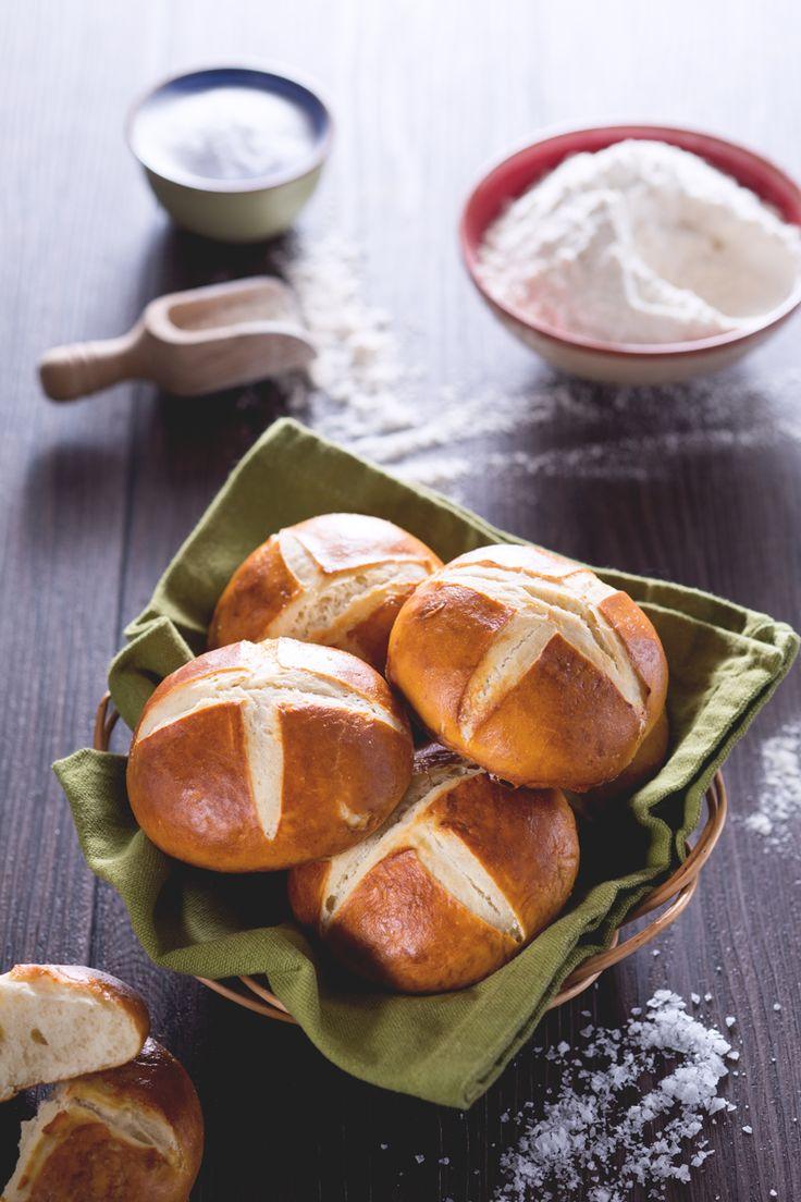 I #pretzel buns sono dei panini fragranti, ispirati ai pretzel, perfetti per arricchire il cestino del pane, o da farcire come i classici #burger buns! #Giallozafferano #recipe #ricetta #bread