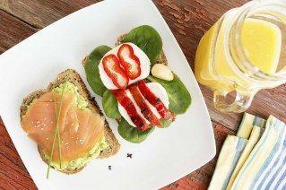 Tosta+con+aguacate,+salmón+y+pimientos
