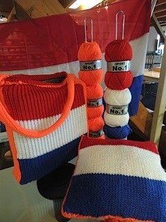 Maak je eigen WK Holland kussen. Breng de Nederlandse voetbal sfeer in huis met een zelf gemaakte en ontworpen kussen. Brei of haak (in de kleuren van) de Nederlandse vlag en de achterkant bijvoorbeeld oranje met een kabel. Inhoud van het pakket: 5 bollen garen ( 2x oranje, 1x rood, 1x wit, 1x blauw) 2 binnenkussens (35 x 35)