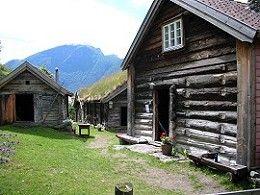 Gammelt gårdstun fra Flåm fra 1800-tallet Bygningene er bygd av tømmer som er laftet. Det vil si at hver tømmerstokk er hugget ut i enden slik at stokkene kan settes oppå hverandre. Mellomrommet mellom tømmerstokkene ble tettet med mose. På dette gårdstunet er det ca. 25 hus.