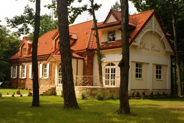 Dwór Carski w Spale wzniesiony na przełomie XIX i XX wieku. Swoimi wnętrzami i wyposażeniem nawiązuje do tradycji pobytów carskiej rodziny Romanowów w Spale w 1914 roku. Obecnie jest to hotel.