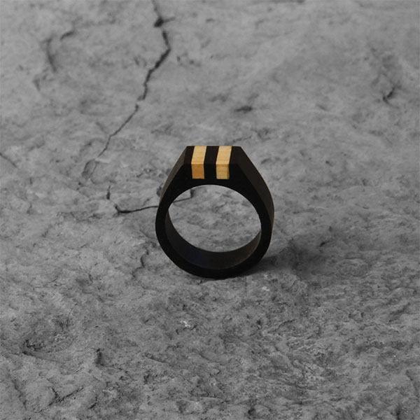 élieBois / Bague chevalière en bois: base ébène avec deux incrustations en buis. Wooden signet ring: ebony base with two boxwood inlaid.