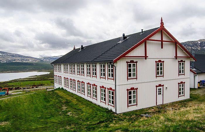 12., 13. og 14. generasjon ønsker deg velkommen til Hjerkinn Fjellstue på Dovrefjell, 1.000 m.o.h. Vi har vært her siden 1600-tallet og er dermed Norges eldste familiebedrift. Husene nyere, slik at du får moderne komfort når du bor hos oss. Vi tilbyr lyse gjesterom med utsikt til hester på beite, dype sofaer og peiskos i …