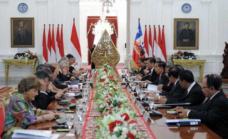 Suasana pertemuan bilateral delegasi pemerintah Republik Indonesia dan Republik Chile di Istana Merdeka, Jakarta, Jumat (12/5). JAKARTA ,12 May 2017-Presiden Joko Widodo menyampaikan penghargaan ke…