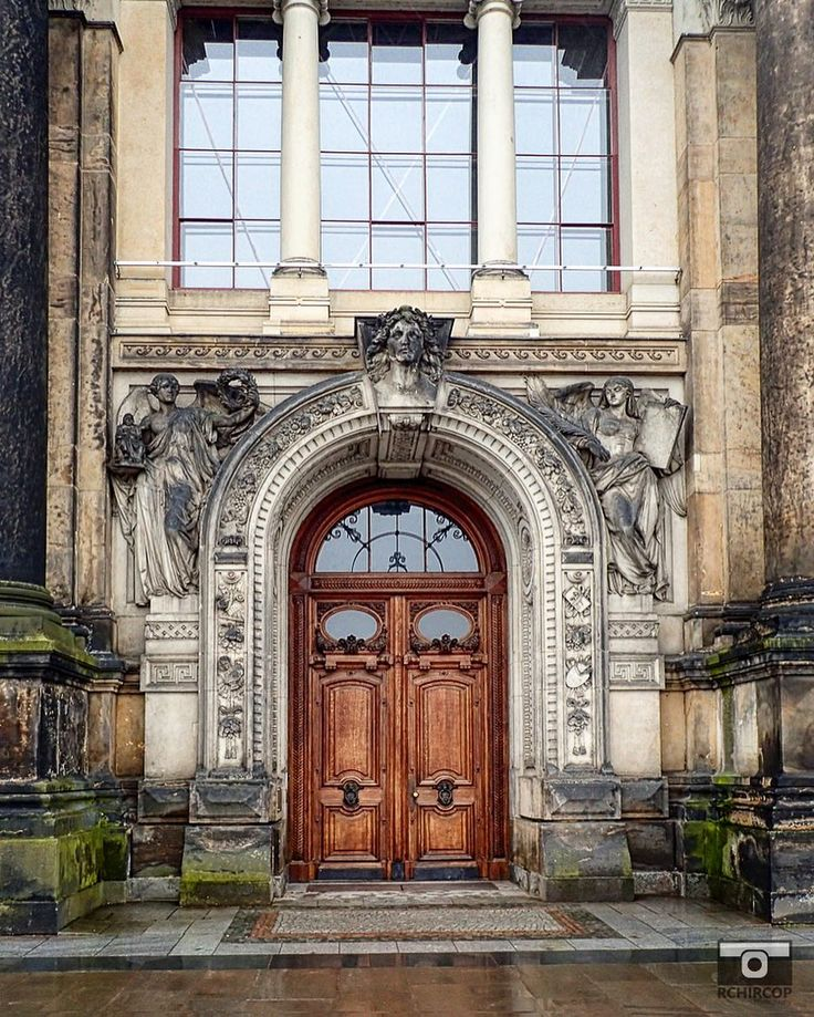 Words can hurt feelings. It silence can break hearts. #doors #dresden #germany #share #travel #silence #instapic #instaphoto #instagood #woodendoor #silence #quotes #quoteoftheday #photooftheday #thoughtfulmoments #abstract #laporta #egoless #letitflow