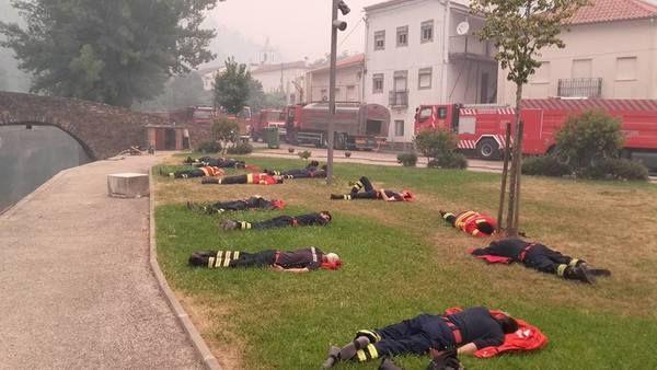 Deze foto laat zien waarom we altijd dankbaar moeten zijn voor onze brandweerlieden