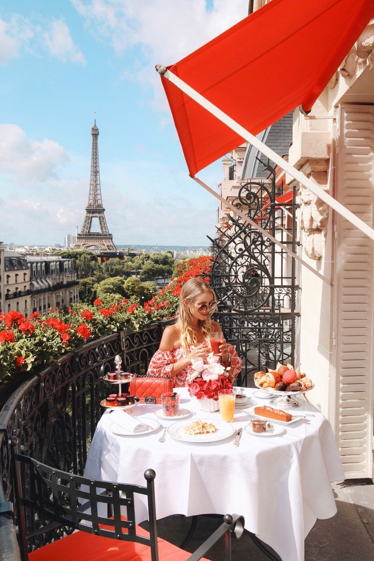 Sommer bedeutet Blumen vor dem Eiffelturm an der Plaza Athénée