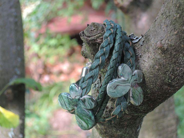 Zelený+kožený+náramek+s+motýlky+Zelený+kožený+náramek+smotýlky+Popis+Náramek+je+vytvořen+zpletené+zelené+kůže,+na+které+jsou+navlečeny+duhové+motýlky.+Náramek+se+zapíná+na+magnetické+zapínání.+Rozměry+Velikost+motýlků+30+mm.+Obvod+náramku+je+20+cm.+Kožený+náramek+se+hodí+pro+obvod+zápěstí+16+–+18+cm.+Vyrábím+kožené+náramky+na+míru.+Přejete-li+si...