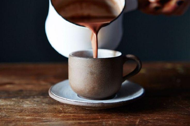 Sim, o melhor chocolate quente da vida <3 Mas atenção: para que você obtenha o resultado perfeito, o ideal é que você siga à risca todos os ingredientes descritos nareceitinha, ok? Prometo que você não irá se arrepender. Pelo contrário… || O Chocolate Quente mais gostoso do mundo || :: Ingredientes :: 4 colheres de sopa de cacau in natura 3 colheres de sopa de açúcar de coco orgânico 1 colher de chá de canela 1/2 copo de água quente 450 ml de leite orgânico não homogeneizado :: Como faz…