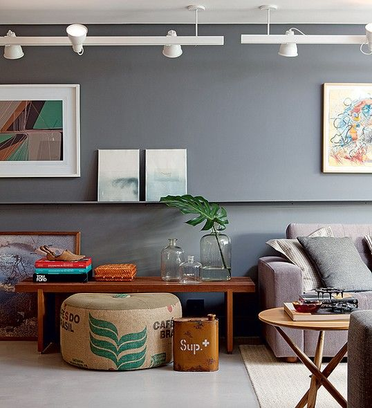 """""""Mesclar o atual e o vintage, o industrial e o rústico, além de diferentes tipos de madeira, cria efeito de casa vivida"""", diz o arquiteto Maicon Antoniolli. Neste projeto, a parede com caneleta virou galeria. No teto, o trilho com spots ilumina obras"""