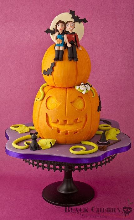 Halloween Pumpkin / Star Trek Wedding Cake / weird cake with a Halloween theme but two Star Trek figures on top. Trekkies getting married on Halloween maybe?