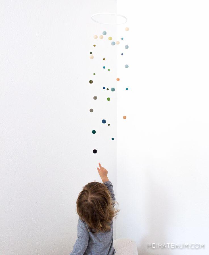 Als ich während der Schwangerschaft das Farbkonzept für´s Kinderzimmer erstellt habe, wollte ich unbedingt ein Mobile aus passenden Filzkugeln machen. Die pastelligen Farben zu finden war gar nicht so einfach, aber nach einigem Suchen wurde ich im Bastelladen und bei Ebay fündig. Und dann lagen die Kugeln etwa zwei Jahre in ihrem Karton. Nicht, weil … … Weiterlesen →