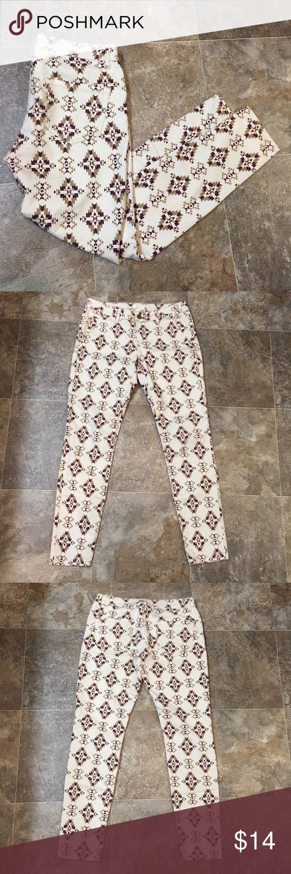 """Forever 21 Aztec jeans Women's white forever 21 jeans. They have an Aztec print on them. They're a size 27 with an inseam of approximately 28"""". They're in great condition with no flaws.   🌸BUNDLE AND SAVE  🌸NO TRADES 🌸REASONABLE OFFERS CONSIDERED  🌸FEEL FREE TO ASK QUESTIONS 🌸I DO NOT MODEL Forever 21 Jeans Skinny"""