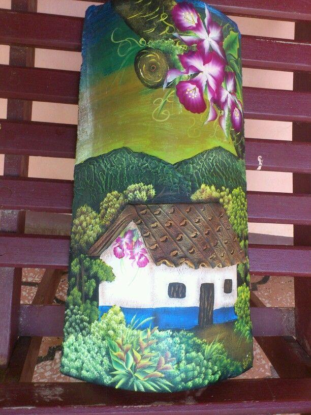 Pintura a mano alzada de una casita tipica costarricense sobre una teja.