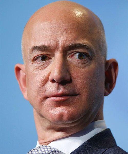 Jeffrey Preston Bezos, conosciuto come Jeff, nasce il 12 gennaio 1964 ad Albuquerque (New Mexico) negli Stati Uniti. E' il fondatore e presidente di Amazon.com. Bezos è un ''Tau Beta Pi'' laureato alla Princeton University e prima di fondare e dirigere l'azienda-colosso di Internet nel 1994, ha lavorato come analista finanziario per DE Shaw & Co.  Gli antenati materni di Jeff Bezos erano coloni...