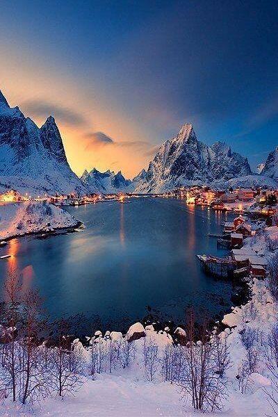 Prachtig besneeuwd fjord in #Noorwegen. #sneeuw #winter #vakantie