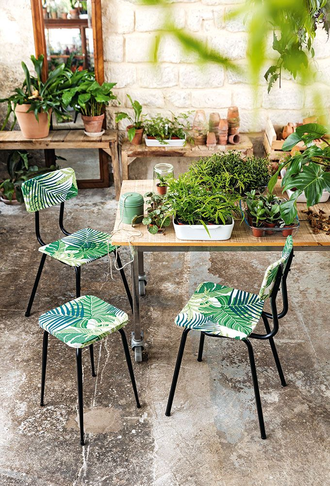 Tendance tropical : Customiser des chaises et des tabourets recouverts de tissu jungle Tropical Trend: Customize chairs and stools covered with jungle fabric